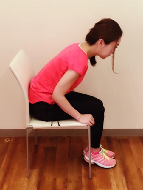 背もたれに骨盤が当たるまで深く座る