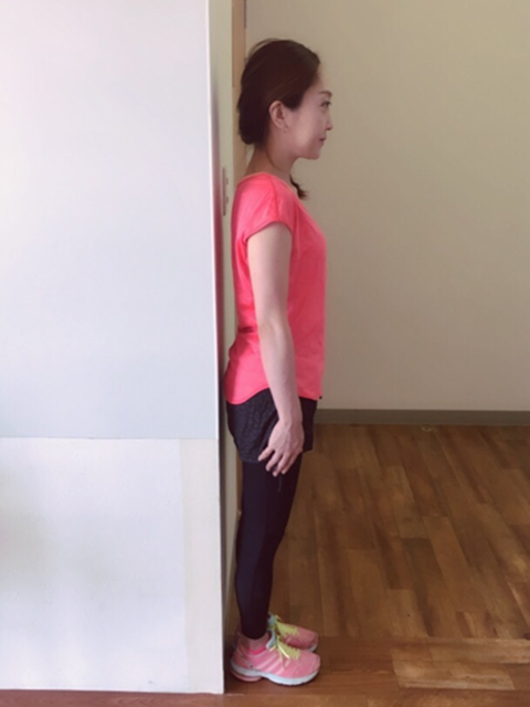 左右の肩甲骨を近づけるように肩を引く